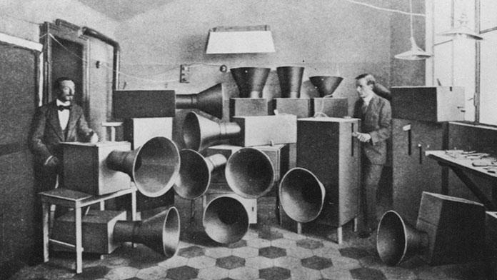 luigi-russolo-dans-le-laboratoire-des-bruiteurs-futuristes