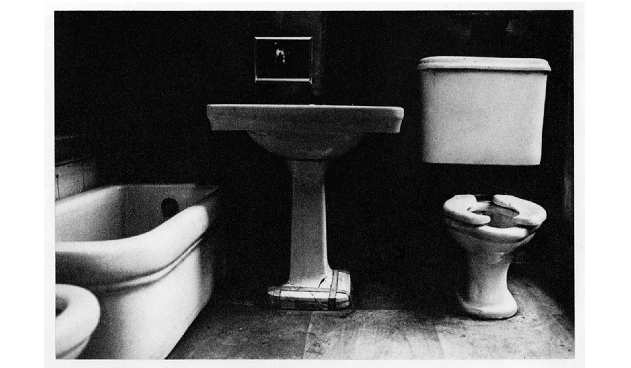 Duane-Michals-Things-are-Queer-Les-choses-sont-bizarres-1973-sequence-photo-01