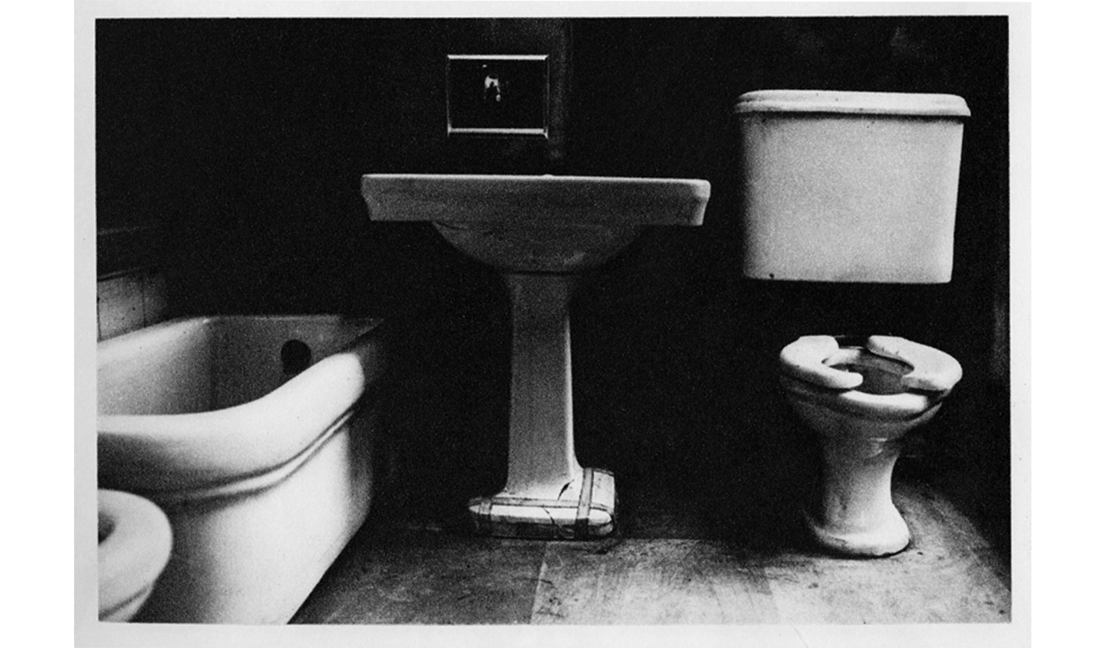 Duane-Michals-Things-are-Queer-Les-choses-sont-bizarres-1973-sequence-photo-09